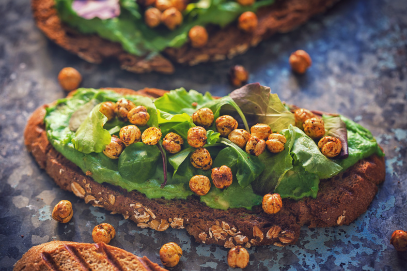 Az avokádókrémes, csicseriborsós szendviccsel biztosan energiával teli lesz a reggel, lényegében minden fontos tápanyagot tartalmaz ahhoz, hogy feltöltsön, csak arra kell odafigyelni, hogy teljes kiőrlésű vagy rozskenyeret válassz alapnak.