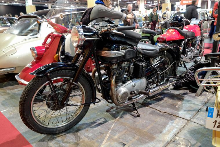 A rendőrségtől levetett, 1954-es, kopottas Triumph Speed Twin szintén pont tízezer euróba került