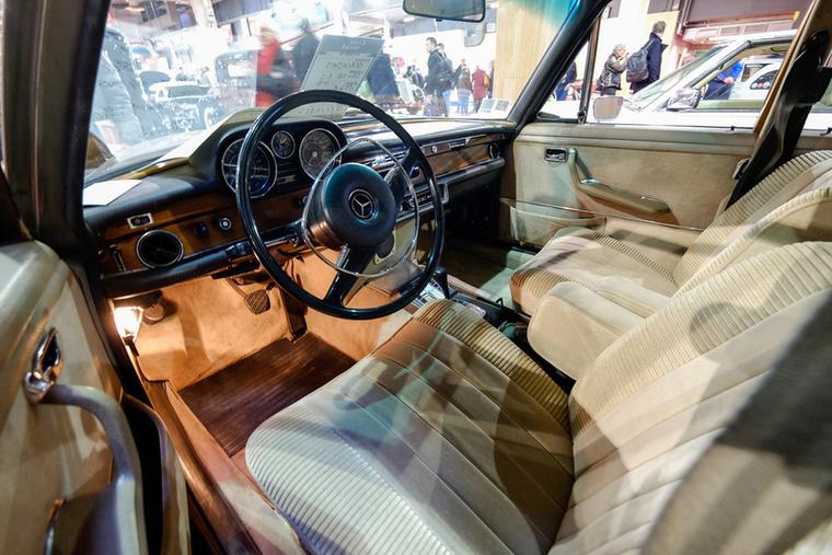 Használati nyomokat viselő, tehát nem új, de szépen megtartott autóról van szó, egészséges fákkal, plüssökkel és szőnyegekkel