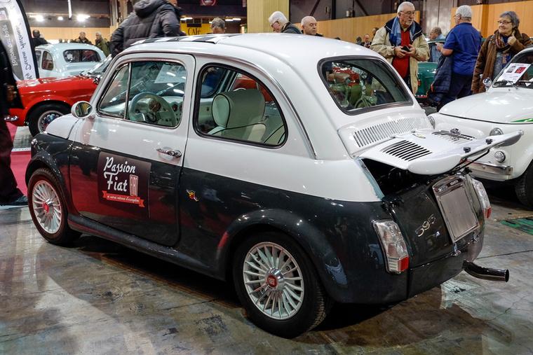 Erre a borzalmas ízléstelenségre azt írták, hogy Fiat 500 L Abarth Replica (minek L-nek lennie, hiszen az a Luxus, azaz mindenféle krómokkal ellátott?), és rá mertek írni egy 17 500 eurós árat