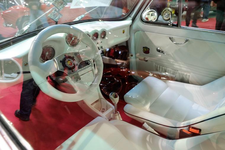 A leírásból kiderült, hogy a szörnyen agyon-optikai tuningolt autó egyik legnagyobb különlegessége a cédéjátszó