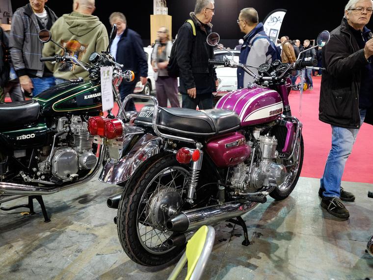Rettenetesen feldobta ezeket a régi japán motorokat a sok kipufogó