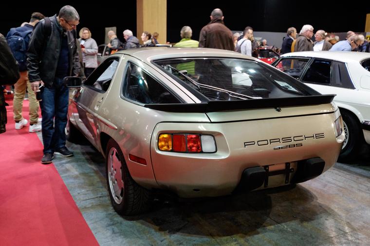 Ez igazából egy 928 S, 290 lóerős, ötliteres V8-assal szerelték