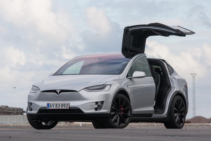 Ha nem is ilyen nyekergő, parasztkábító ajtókkal, de a Model X a jövőt mutatja