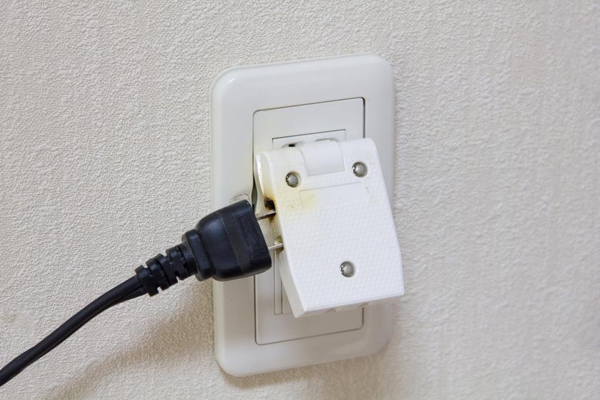 Ha azt érzed, hogy melegszik a konnektor vagy a kapcsoló, vagy körülötte a falon vagy a műanyagon sötétes elszíneződést látsz, az biztos jele lehet annak, hogy baj van, és érdemes szakemberhez fordulni.