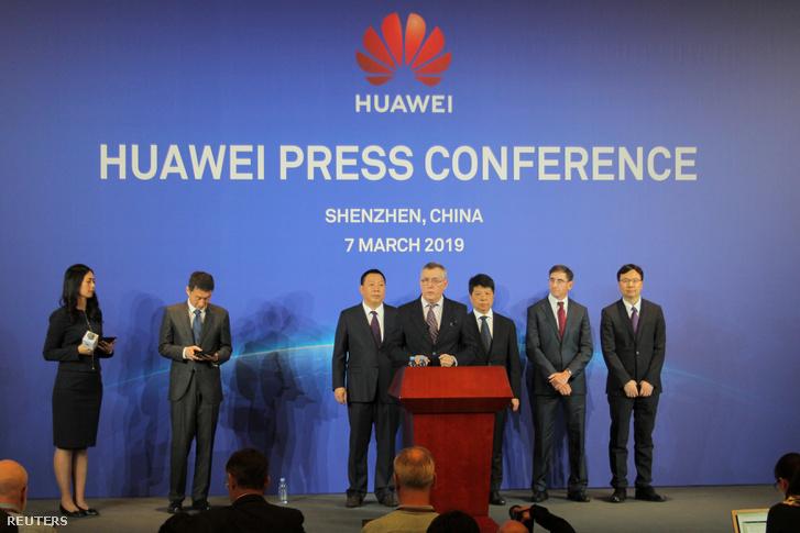 A Huawei sajtótájékoztatója Senzsenben 2019. március 7-én. Középen John Suffolk, a cég kiberbiztonsági főnöke