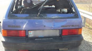 Két oszlopnak is nekihajtott lopott autójával az ittas sofőr