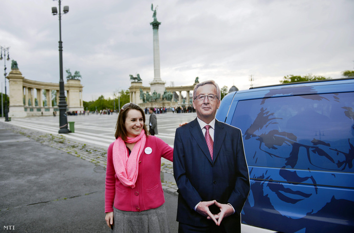 Egy aktivista Jean-Claude Junckernek, az Európai Bizottság elnöki posztjára pályázó néppárti jelölt papírmaséjával a Fidesz és az Európai Néppárt ifjúsági szervezetének (YEPP) budapesti kampányrendezvényén a Hősök terén 2014. május 16-án. A rendezvényre érkezett Jean-Claude Juncker kampánybusza.