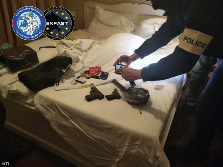 A Cseh Rendőrség által 2019. március 2-án közreadott képen lefoglalt fegyverekről készít fényképeket egy rendőr Prágában, miután elfogták Dér Csaba csantavéri születésű bérgyilkost, aki ellen három ország is elfogatóparancsot adott ki