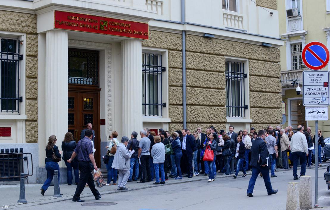 Aggódó emberek várakoznak a Corpbank bulgáriai központi irodája előtt Szófiában 2014. június 20-án.