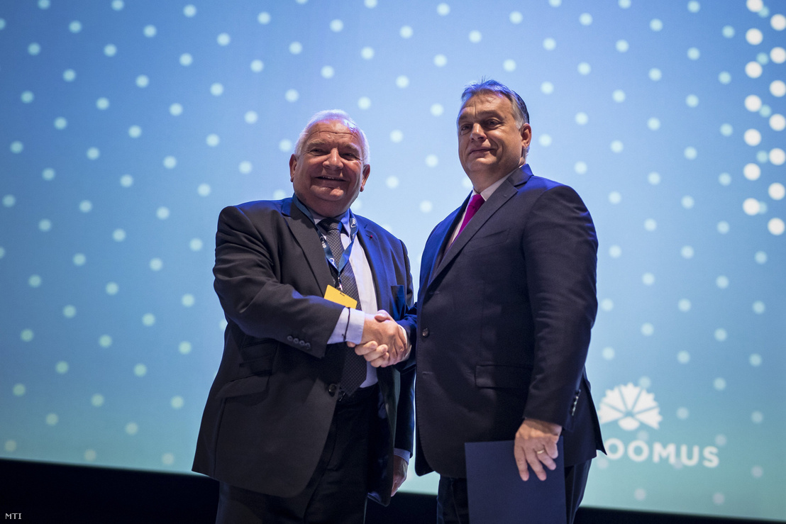 Joseph Daul (l) and Viktor Orbán (r) shaking hands at the EPP's congress in Helsinki on 8 November 2018