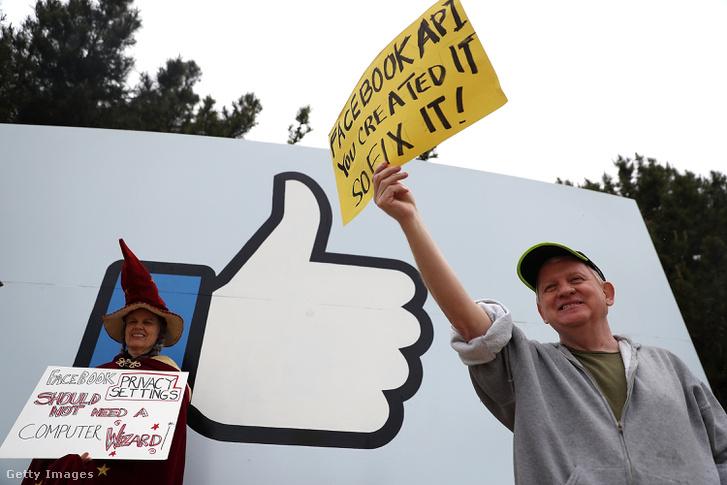 Facebook székháza előtt tüntettek a felhasználók és adatok biztonságáért a Cambridge Analytica botrány után 2018. április 5-én