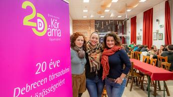 Kósa Lajosné eltüntette az Emmi-támogatásra utaló feliratokat a vitatott programról