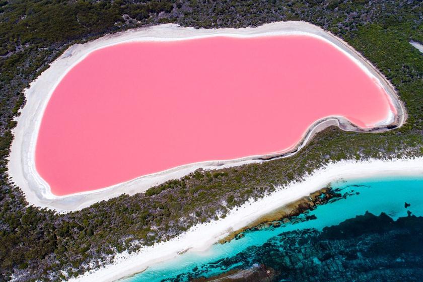 Fentről nézve a Hillier-tó olyan, mint egy hatalmas festékpaca vagy egy eltaposott rágógumi.
