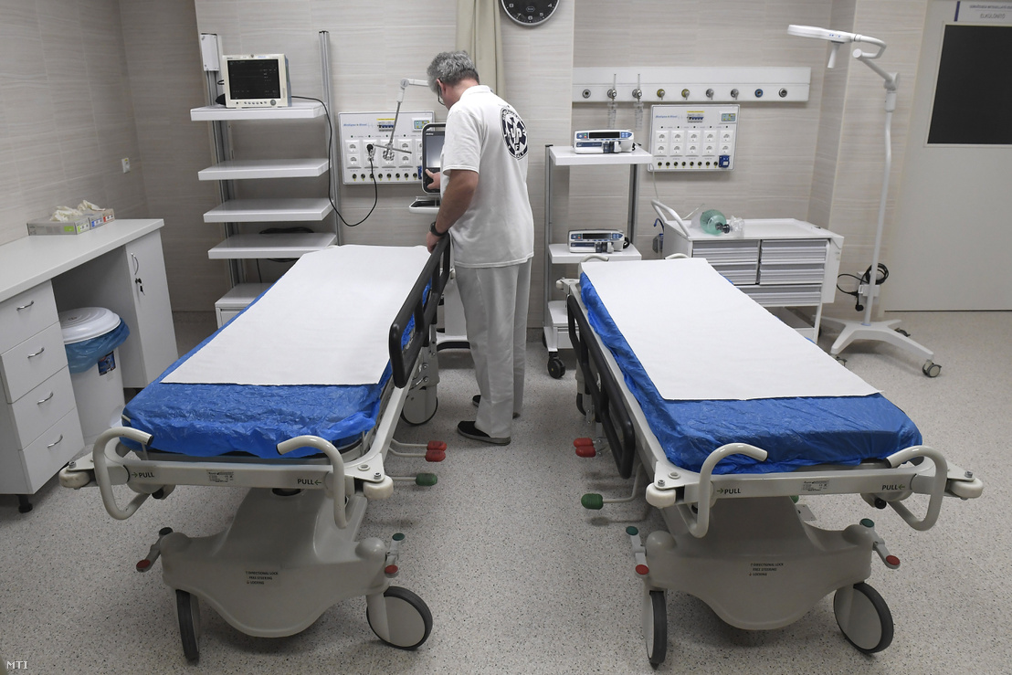 Dolgozó a Jahn Ferenc Dél-pesti Kórház 125 millió forintból felújított sürgősségi betegellátó osztályán