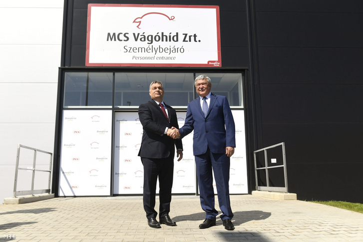 Orbán Viktor miniszterelnök (b) és Csányi Sándor, az OTP Bank elnök-vezérigazgatója, a Bonafarm csoport tulajdonosa az MCS Vágóhíd Zrt. mohácsi üzemének megnyitóján 2017. április 25-én. A vágóhíd a Bonafarm Csoport stratégiai partnere, egyben a csoporthoz tartozó Pick Szeged Zrt. alapanyag-beszállítója.
