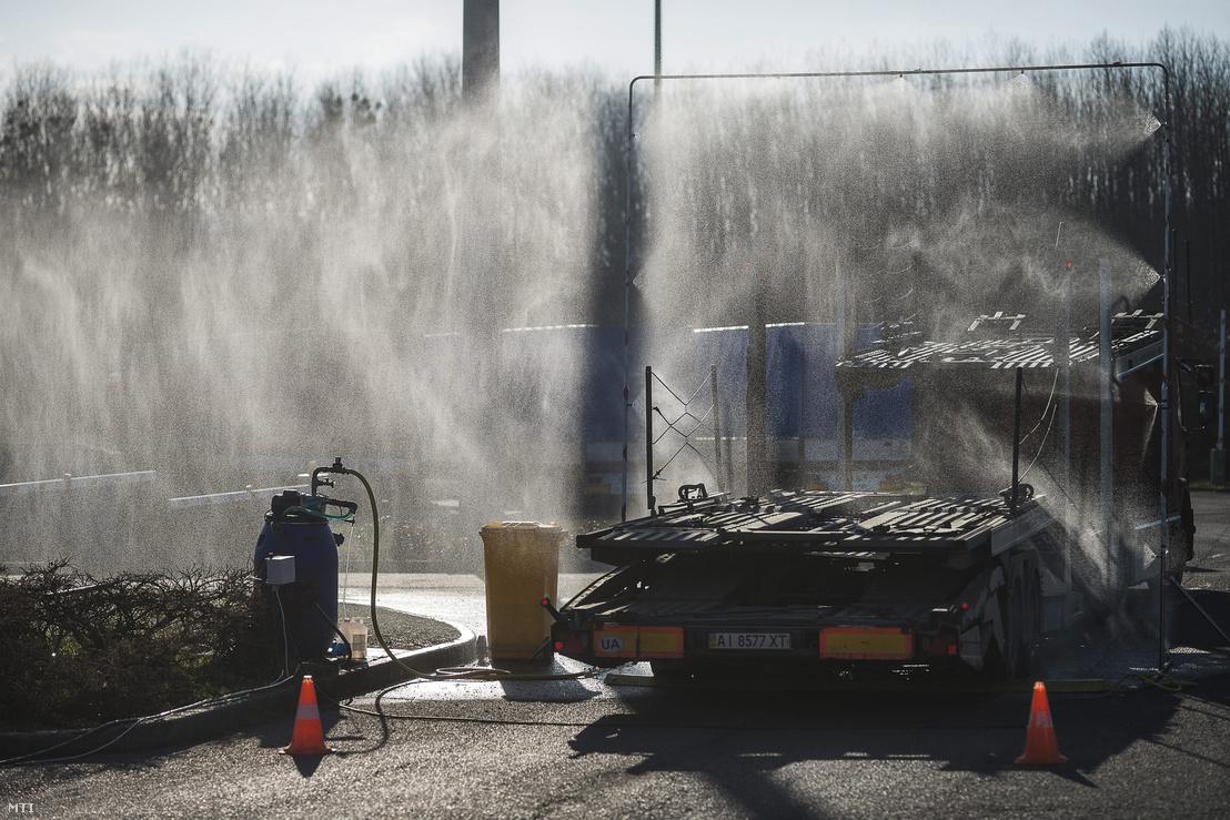 Fertőtlenítő kapun halad át egy kamion a záhonyi magyar-ukrán határátkelőhelyen 2014. március 6-án.