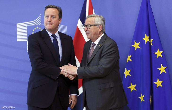 Az európai uniós tagországok állam- és kormányfőinek csúcstalálkozójára érkező David Cameron brit miniszterelnököt (b) fogadja Jean-Claude Juncker, az Európai Bizottság elnöke a szervezet brüsszeli székházában 2016. június 28-án.
