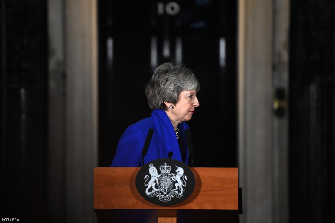 Theresa May brit miniszterelnök nyilatkozatot tesz a londoni kormányfői rezidencia, a Downing Street 10. előtt 2019. január 16-án