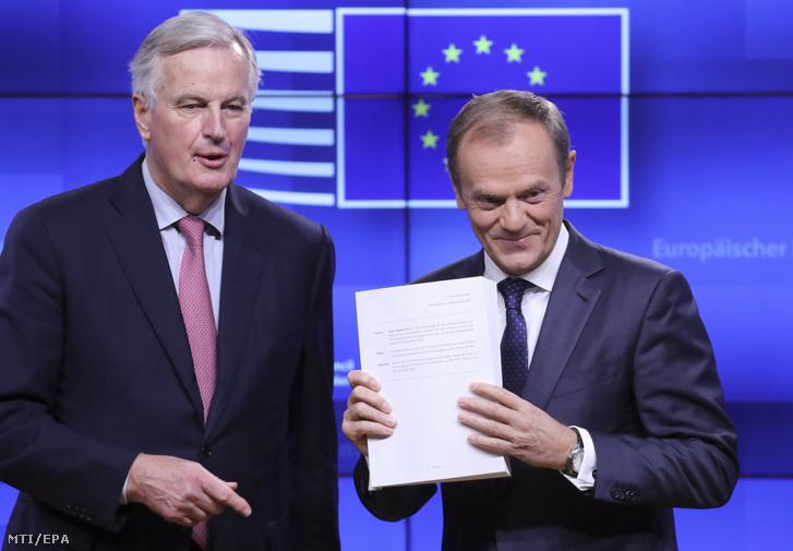 Michel Barnier, az Európai Bizottságnak az Európai Unióból történő brit kiválás ügyében felelős főtárgyalója (b) és Donald Tusk, az Európai Tanács elnöke mutatja az Egyesült Királyság uniós kilépésének (brexit) feltételrendszeréről tervezett megállapodást a sajtó képviselőinek Brüsszelben 2018. november 15-én