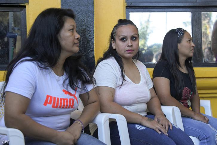 Maria del Transito Orellana (balra), Cinthia Marcela Rodriguez (középen) és Alba Lorena Rodriguezről készült kép, a Női Rehabilitációs központban kiengedésük előtt El Sarvadorban 2019. március 7-én