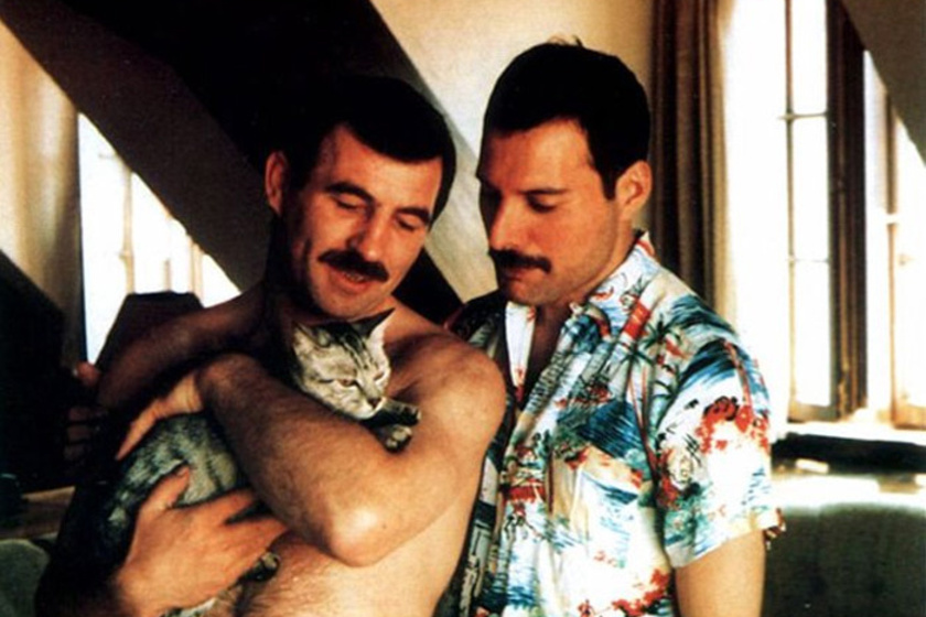 Freddie Mercury 45 éves volt, amikor elhunyt AIDS betegségben. Halála napjáig kitartott mellette élettársa, Jim Hutton.