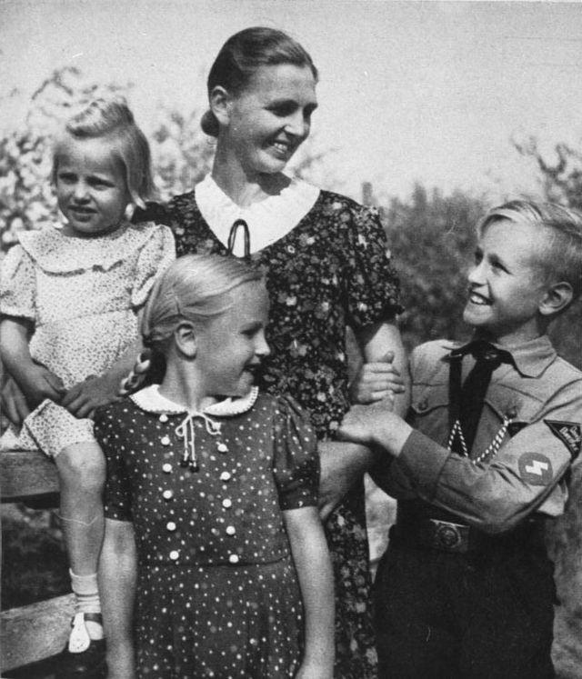 Propagandafotó anyáról és Hitlerjugend-tag gyermekéről az SS-Leitheft magazinban