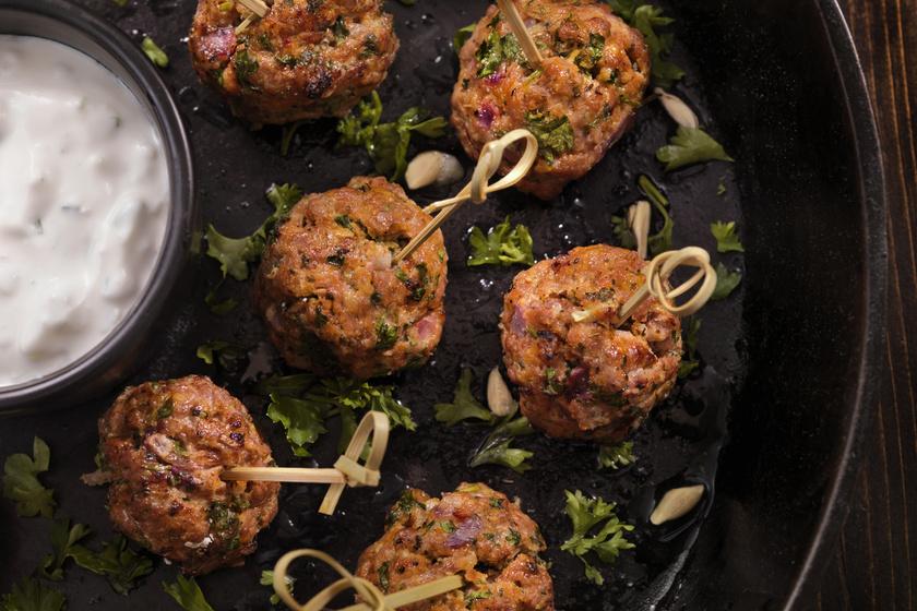 A húsgolyók, mert darált húsból vannak, és aranyos, gömbölyű formájúak, szimpatikusabbak lehetnek a kicsiknek. Tejfölös, sajtos mártogatóssal játékosságot kaphat az étkezés. Ha színes szívószálakból vágott pálcikákkal lehet őket megfogni, még gyerekbarátabb az étel.