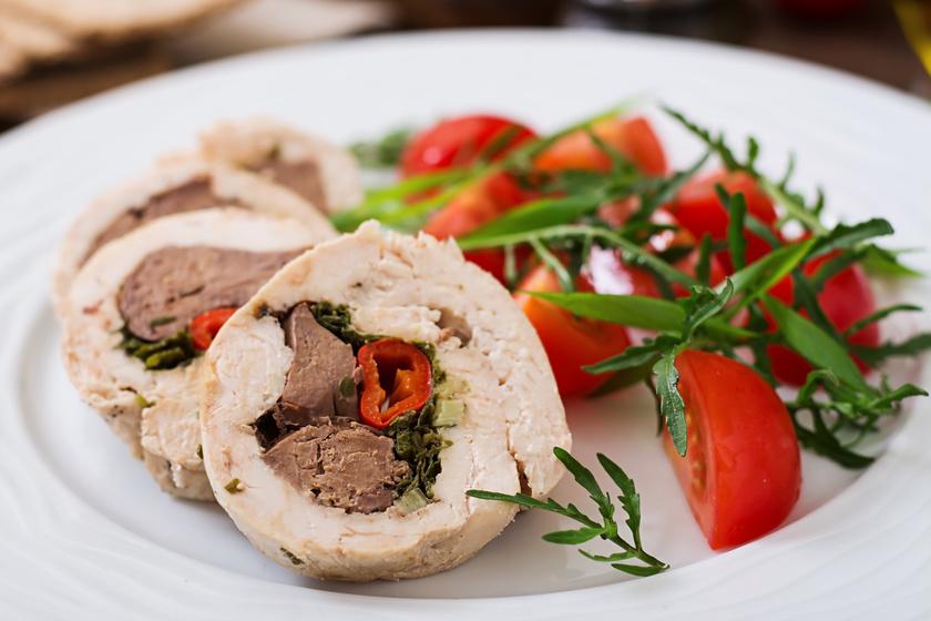 Májjal, zöldséggel töltött csirkemell: pazar ízköltemény nagyon egyszerűen