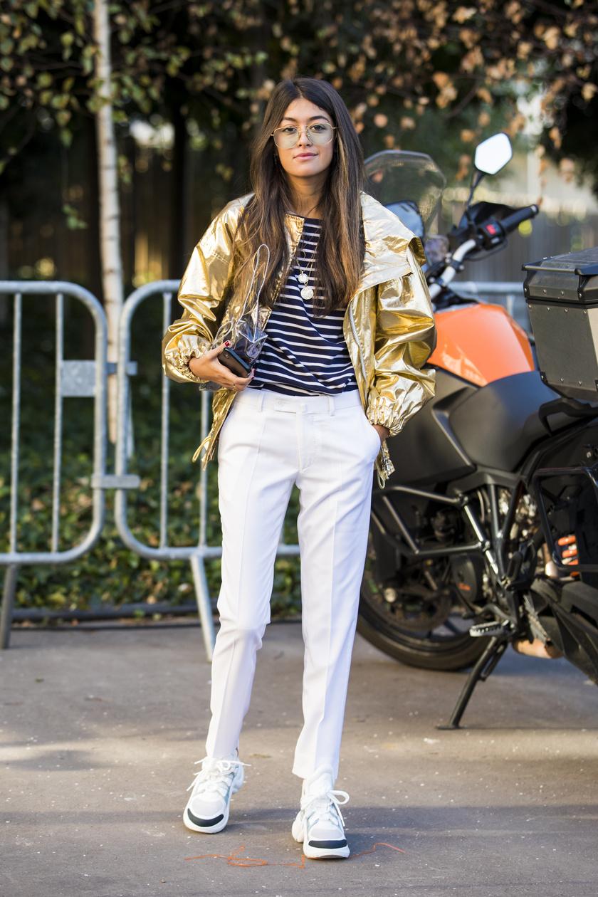 Modern és extra divatos hatást kelt akár a kék, akár a fekete csíkos felső, ha élére vasalt fehér nadrággal és metálos, fémes kabáttal viseled. Különösen sikkes lesz így a szetted.