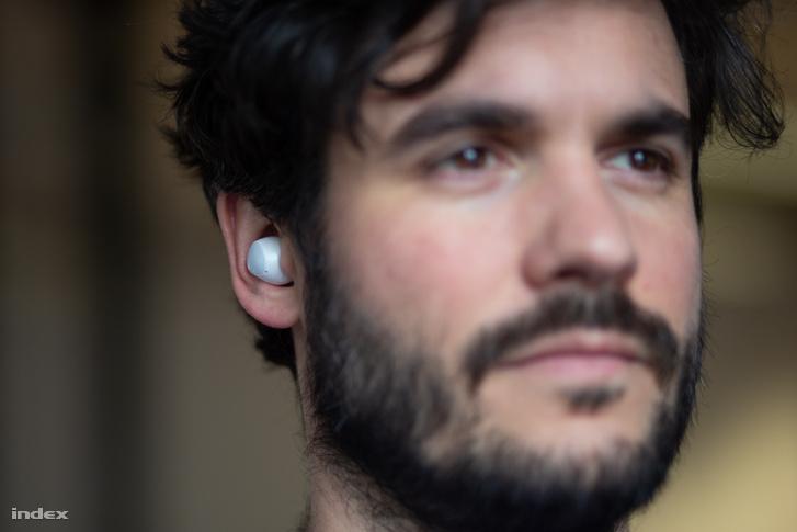 A füles jól belecuppan az ember fülébe, és nem csak ott lóg, mint valami miniatűr távirányítós antenna.