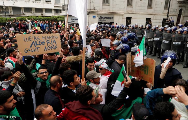 Rendőr sorfal az Abdul-Azíz Buteflika elnök ellen tüntetők előtt Algériában 2019. március 8-án