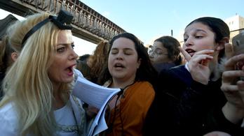 Több ezer elszánt zsidó nő nézett egymással farkasszemet a Siratófalnál