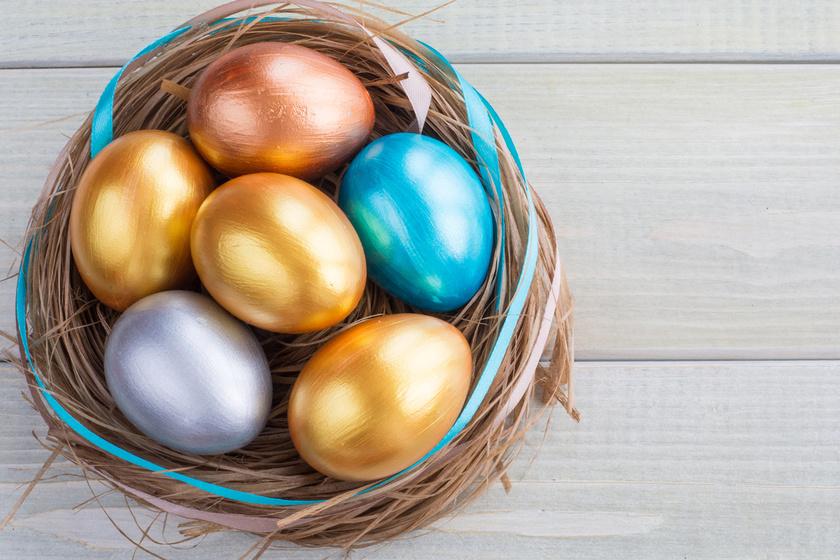 A csillogó metálfény igazán feldobja a húsvéti tojásokat, hiszen finom ragyogást kölcsönöz nekik. Kreatív hobbiboltban pár száz forintért beszerezheted hozzá a festéket, ez a 4 perces videó pedig szemlélteti a technikát.