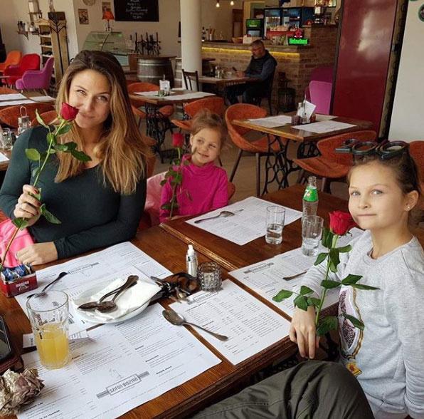 Laky Zsuzsi két gyönyörű kislányával, Lucával és Lujzival. A sztár nagyon büszke gyermekeire.