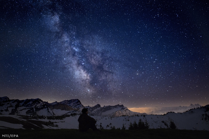 A Tejút a svájci Alpok Ormont-völgye fölött a 2018. május 18-ra virradó éjszaka.