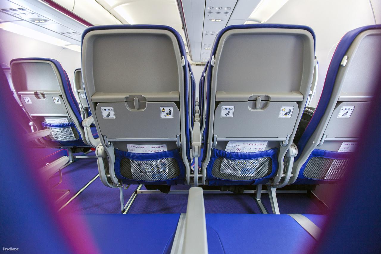 Mit jelent mindez a gyakorlatban egy magamfajta, 188 centi magas embernek? Eddig a térdem pont hozzáért az üléshez, de mivel az új székek háttámlája ívelt, így a két szélén valóban marad hely egy kis ficergésre. Aki biztosra akar menni a kényelmet illetően, az válassza a nagyobb lábtérrel rendelkező üléseket. Pro tipp: a 29. sorban a vészkijárat miatt rengeteg hely marad, itt még a kosarasok is nyújtott lábbal utazhatnak (főleg a bal oldalon, a 29 ABC helyeken). A fejünk felett a csomagolnak ugyanakkora hely áll rendelkezésre, mint a az A321ceo-n.