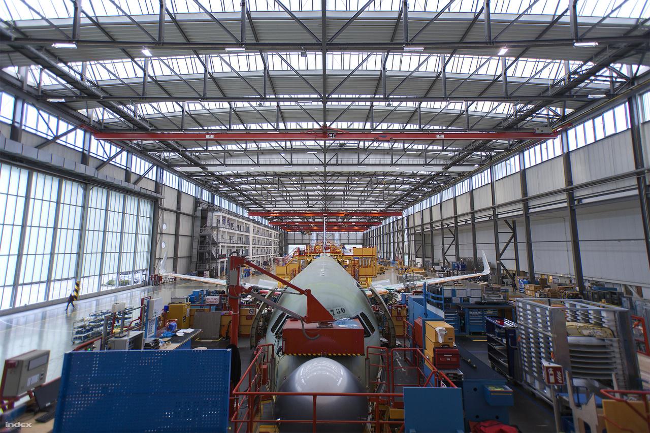 A gyártók arra törekednek, hogy a társaságok minél hatékonyabban üzemeltethessék a repülőket. A fejlesztések legtöbbje is ezt a célt szolgálja. Ebben a kategóriában az Airbus sikeresebbnek tűnik, mint a Boeing: ötször annyi előjegyzése van új gépekre.