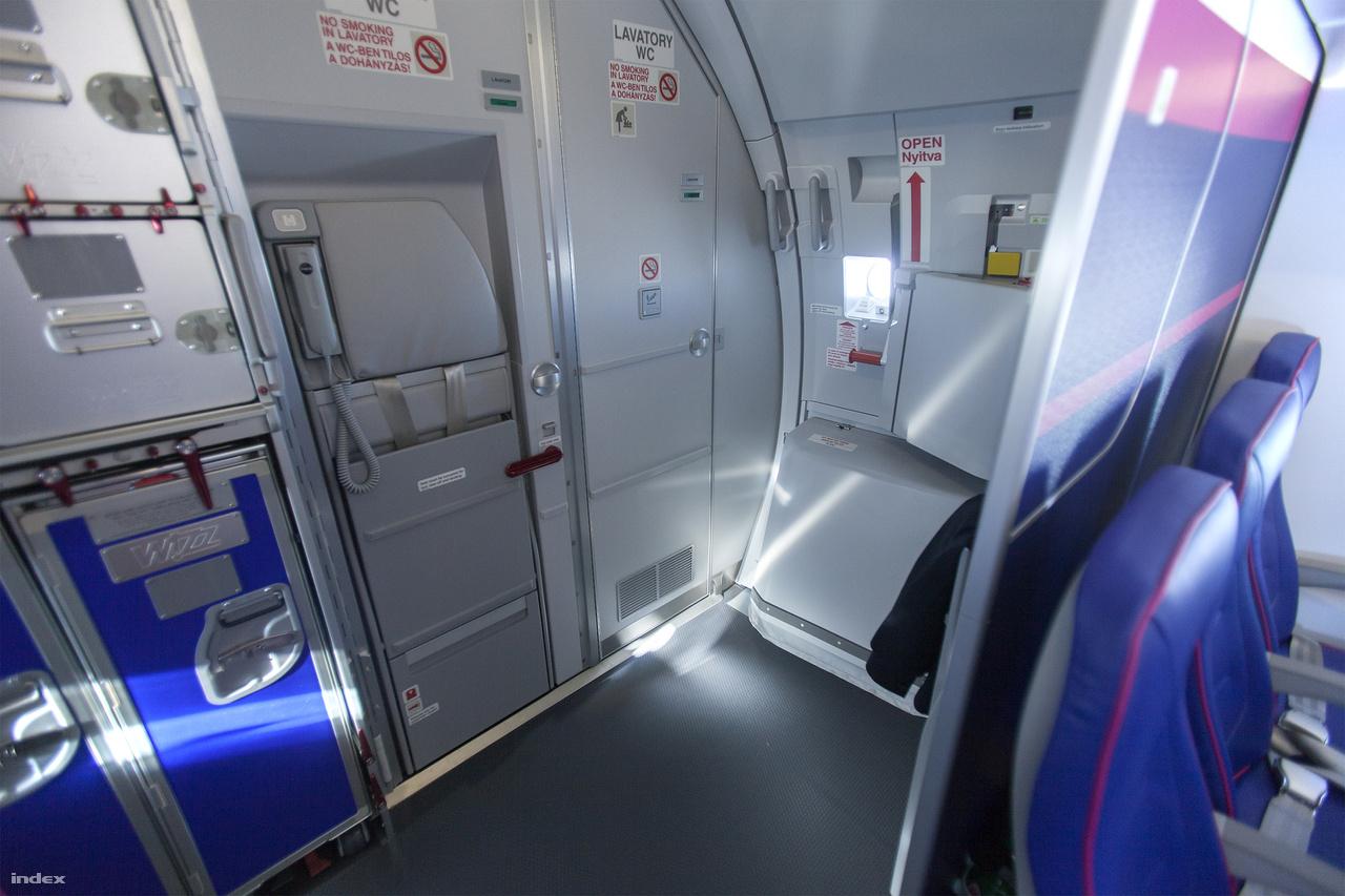 Az új gépen átvariálták az ajtók helyét és áttervezték a hátsó traktust is, sőt, ez már az úgynevezett Space-Flex 2.0. A kiszolgáló dobozokat optimalizálták, így a mosdók egymás mellé, a hátsó falra kerülhettek. Az eddigi helyükre pedig vajon mit tettek? Jól gondolják, három-három utasokkal teli széket.