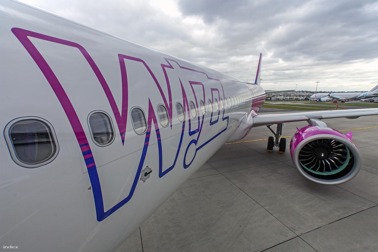 A Wizz Air ugyanis az Airbus, a Ryanair pedig a vetélytárs gyártó, a Boeing mellett kötelezte el magát. A Wizz 72 darab A320-as gép mellett már 32 darab 230 ülőhelyes A321-es géppel is rendelkezik. Ezek mellé érkezett meg most a flottába az első A321neo, amit idén még 6, a következő években pedig összesen 183 ugyanilyen repülő követ.