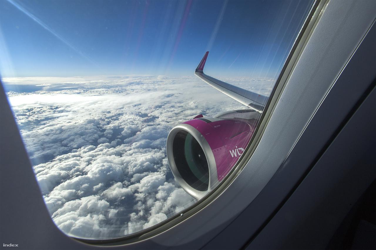 A gyártó szerint a neo hajtóműve majdnem 50 százalékkal halkabb – mintha csak Hamburgban meghallották volna a Liszt Ferenc Nemzetközi Repülőtér környékén lakók panaszát. Személyes tapasztalatom alapján tényleg jóval halkabb az elődjénél vagy a Boeing 737-nél. Hamburg felé az Eurowings A320-asán 93 decibelt, visszafelé a neo-n 88 decibelt mértem, de mérés nélkül is fültűnő a különbség.