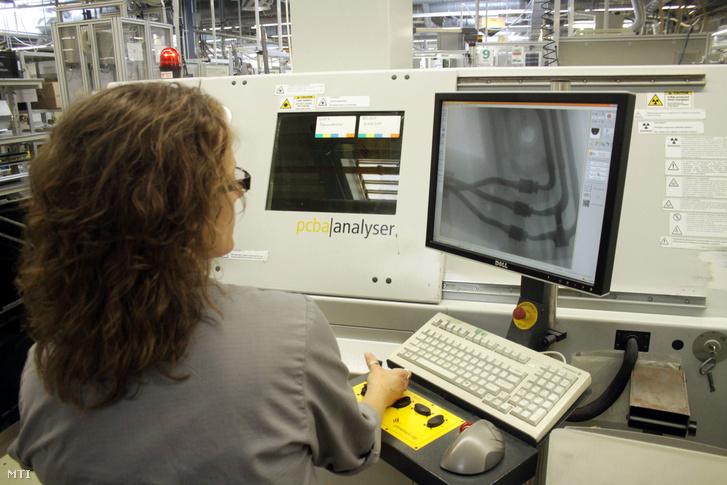 Röntgensugaras minőségellenőrzés a Continental Automotive Hungary Kft. veszprémi gyárában 2012. július 6-án.