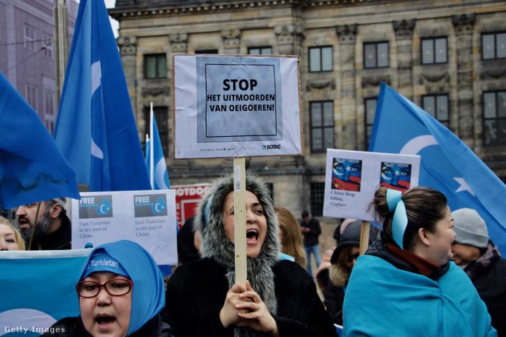 Tüntetés Amszterdamban az ujgur kisebbség tagjait kötelező genetikai mintaadás ellen 2019. február 10-én.