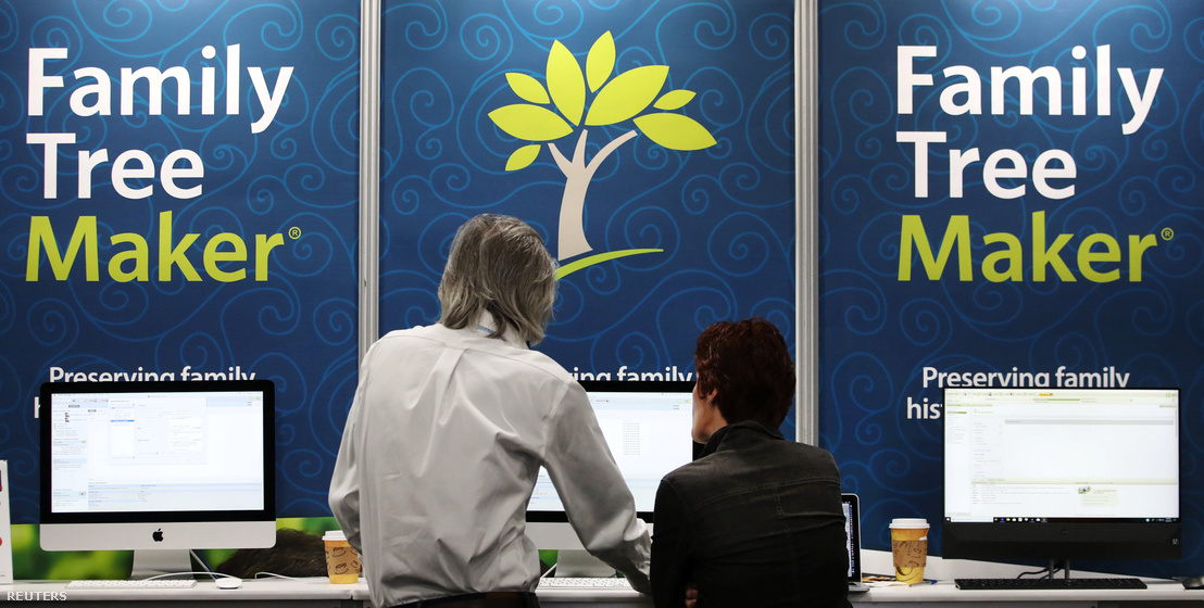 Egy családfa készítő cég standja egy genealógiai rendezvényen Salt Lake Cityben.