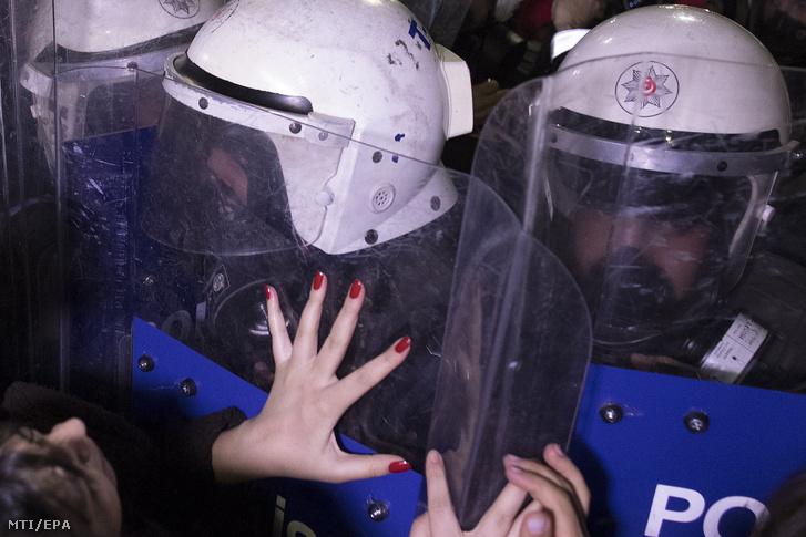 A nemzetközi nőnap alkalmából tartott isztambuli tüntetés résztvevőit rendőrök feltartóztatják 2019. március 8-án.