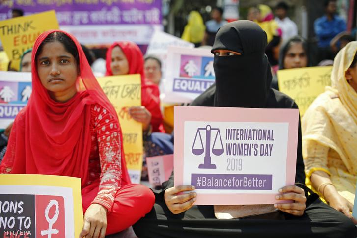 Bangladesi nőjogi szervezetek tagjai tüntetnek a nemek közötti esélyegyenlőségért és a nőket érő erőszak ellen a fővárosban Dakkában 2019. március 8-án.