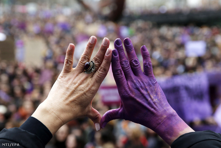 A nemzetközi nőnap alkalmából tartott tüntetésen mutatja a férfi erőszak ellen tiltakozó jelképet egy nő az észak-spanyolországi Bilbaóban 2019. március 8-án.