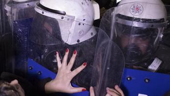 A rohamrendőrök könnygázzal oszlatták a nőnapi tüntetést Isztambulban