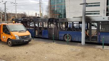 Teljesen kiégett egy busz a Stadionoknál