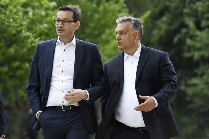 Orbán Viktor (jobbra) és Mateusz Morawiecki lengyel kormányfő sétál a varsói Lazienki parkban 2018. május 14-én.